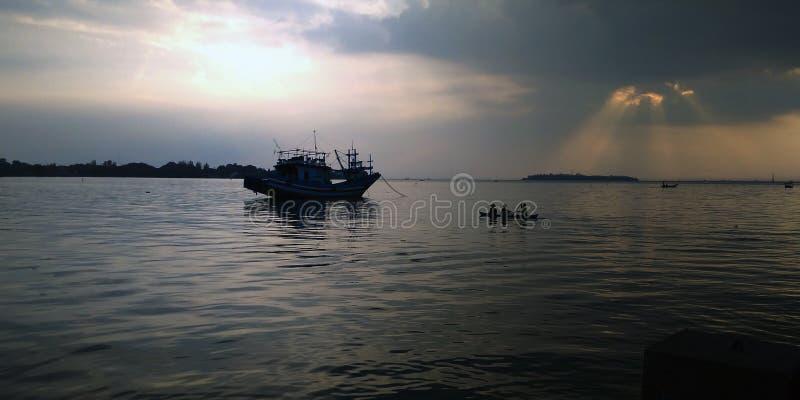 渔夫在Jepara印度尼西亚海  免版税图库摄影