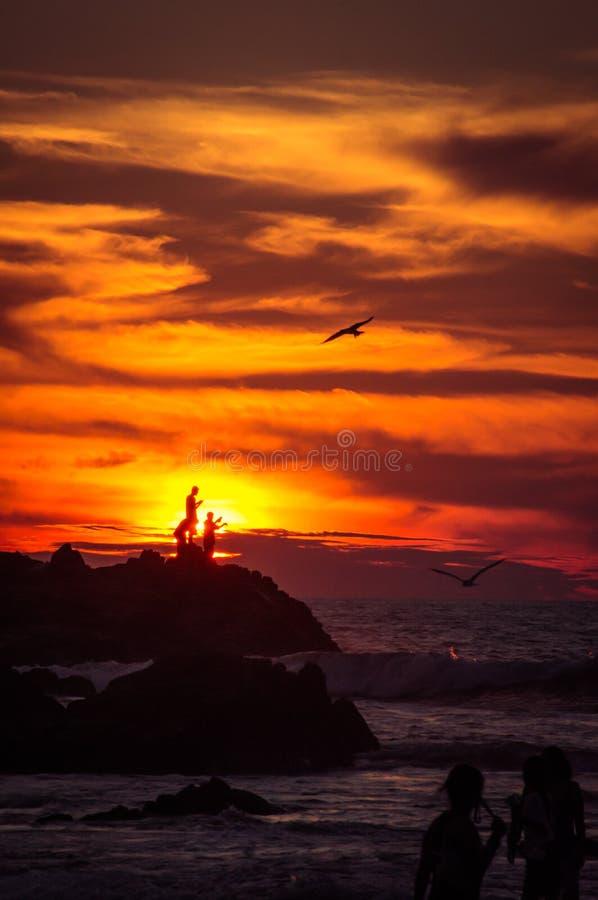 渔夫在墨西哥由在落日的孩子观看了 库存图片