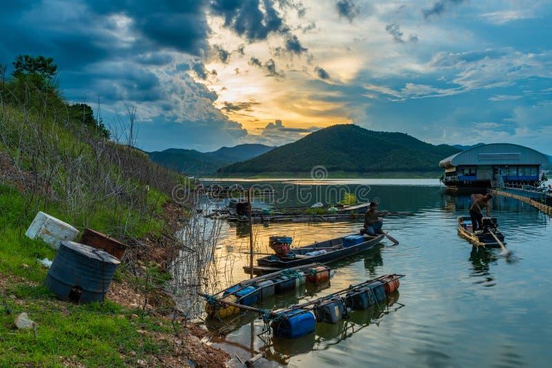 渔夫在夜渔惯例前准备捕鱼设备 库存照片