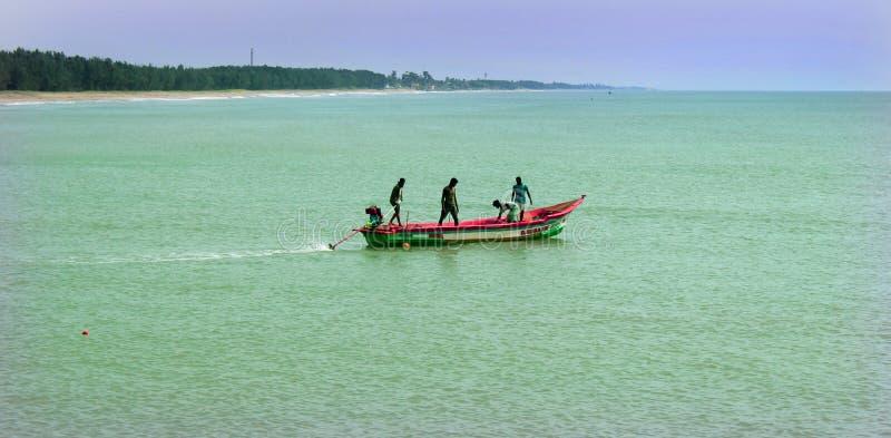 渔夫在木汽船的工作 库存图片