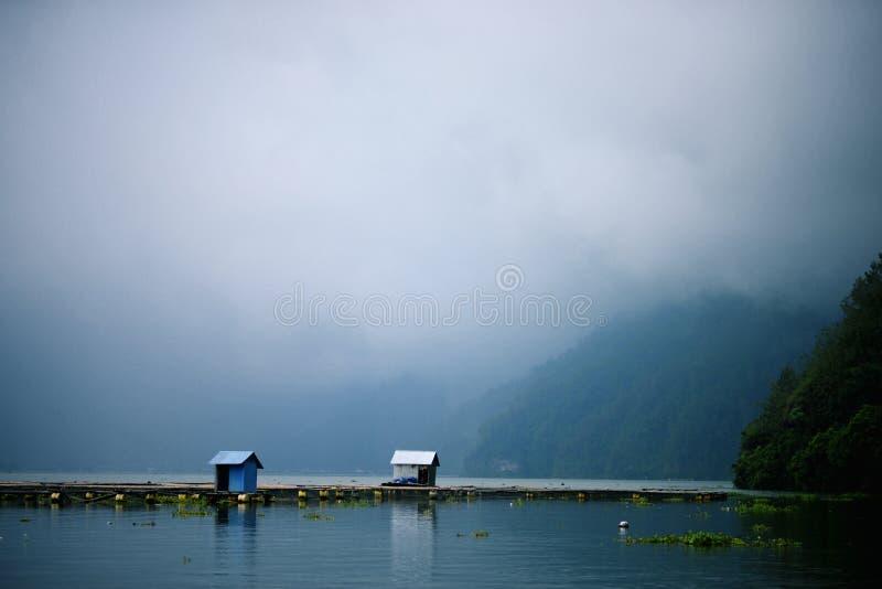渔夫在湖的` s客舱 免版税库存图片