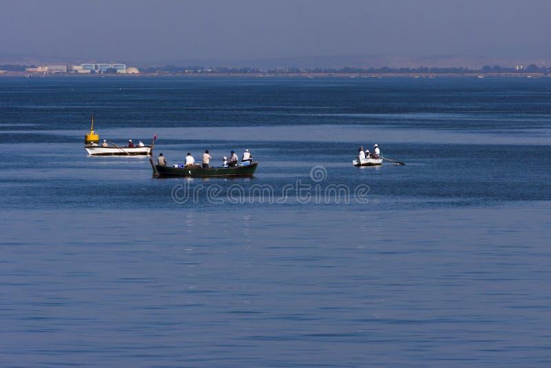渔夫小的小船在前面伊兹密尔土耳其 免版税图库摄影