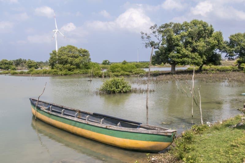 渔夫小船、盐水湖和狂放的涡轮在斯里兰卡 免版税库存图片