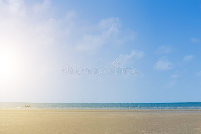 渔夫小船明亮的蓝天的 并且sunshines 免版税库存图片