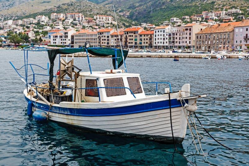 渔夫小船靠码头在港口在塞尼 免版税库存图片