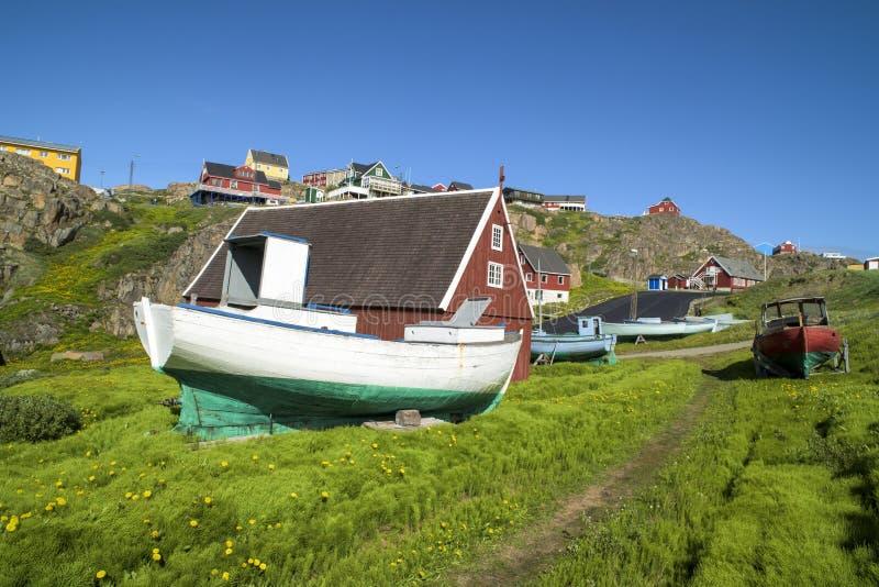 渔夫小船,五颜六色的房子在格陵兰 免版税库存图片