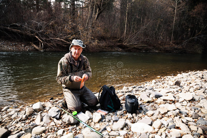 渔夫捕鱼装置为钓鱼做准备 免版税图库摄影