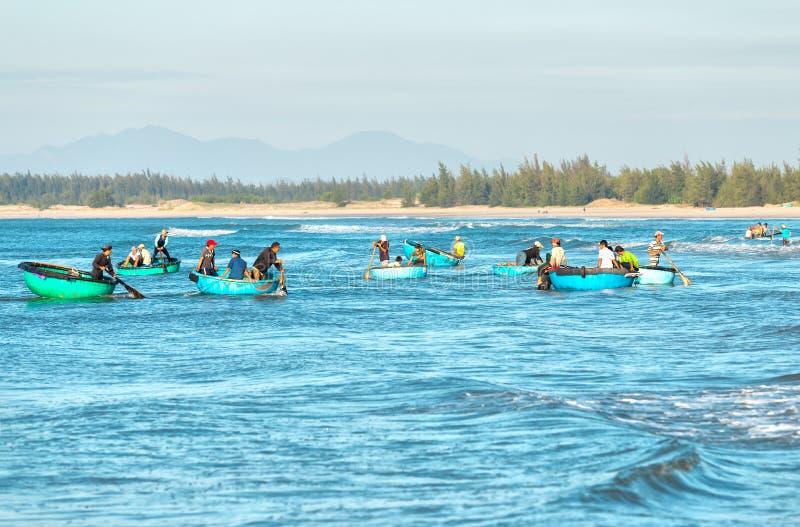 渔夫最繁忙渔船岸上的运输 免版税库存图片