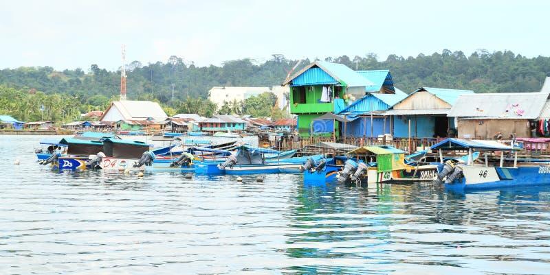 渔夫村庄停住的小船在曼诺瓦里 免版税库存图片