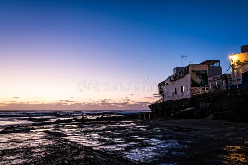 渔夫村庄港口在黄昏的费埃特文图拉岛 图库摄影