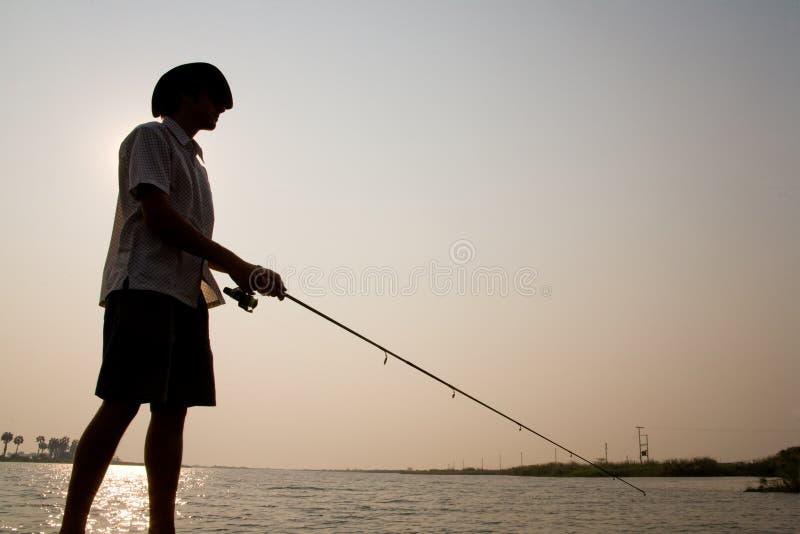 渔夫现出了轮廓 免版税库存图片