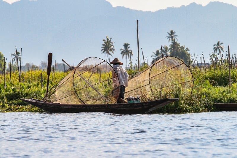 渔夫由腿的划艇在Inle湖,缅甸 库存图片