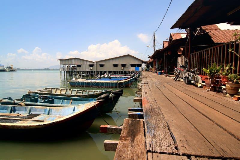 渔夫跳船马来西亚槟榔岛村庄 库存图片
