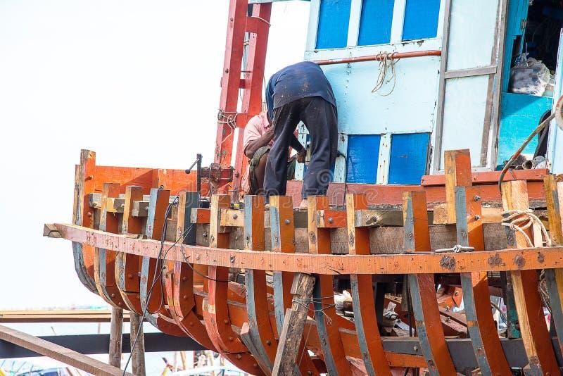 渔夫车间修理渔船  库存照片