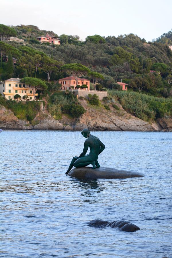 渔夫雕象 baia del silenzio 目的地意大利levante利古里亚地区sestri游人 利古里亚 意大利 库存照片