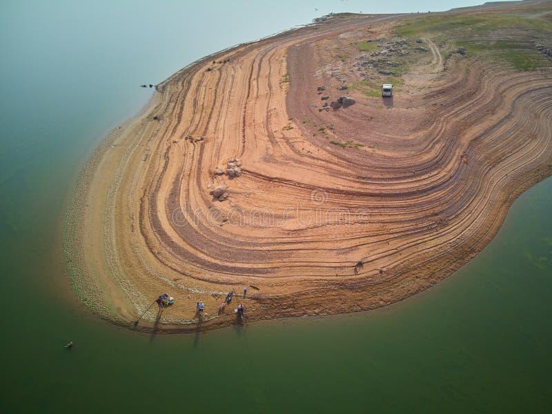 渔夫鸟瞰图Valdecañas沼泽的,用由海藻的绿色水和水下降的自然线  ?? 库存照片