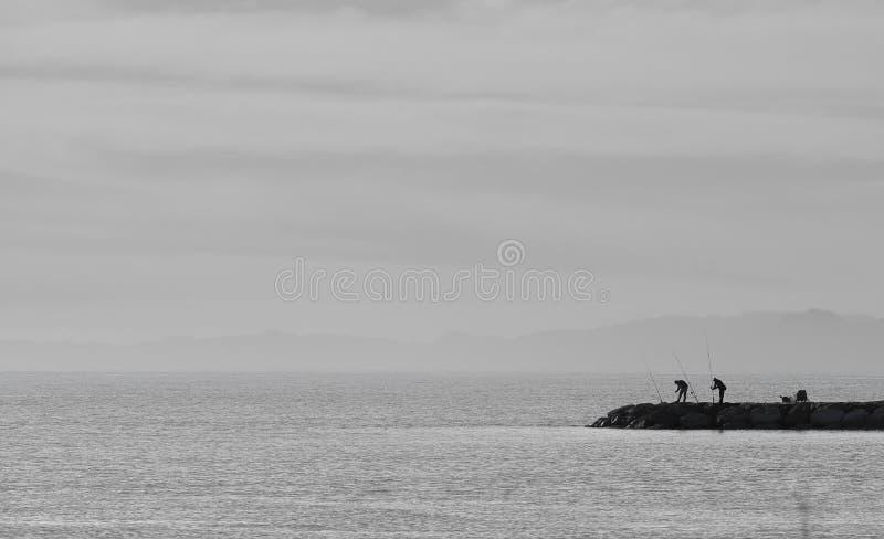 渔夫黑白海山防堤安静 图库摄影