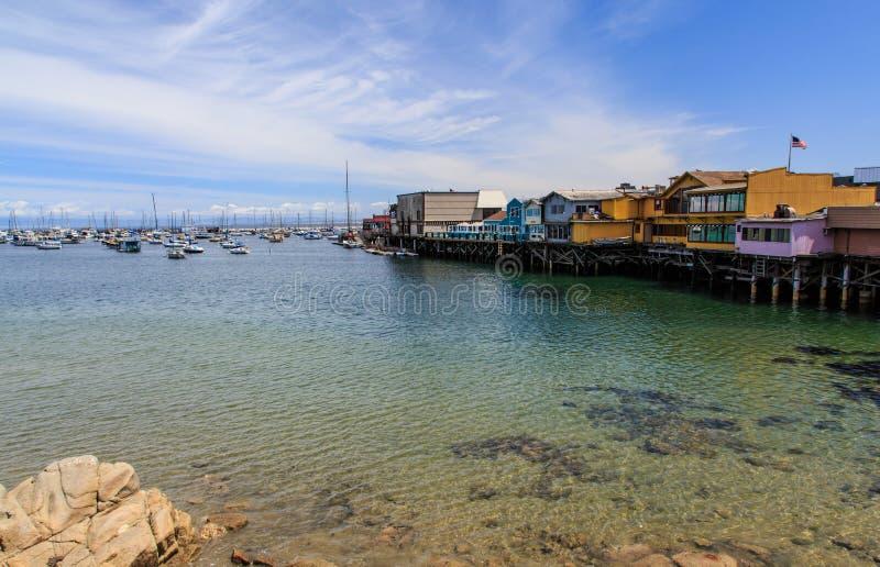 渔夫` s码头在蒙特里加利福尼亚在一个非常好晴天 免版税库存图片