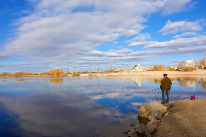 渔妇女、教会和天空 免版税图库摄影