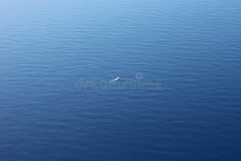 渔拖网渔船鸟瞰图浩大的海洋 库存照片