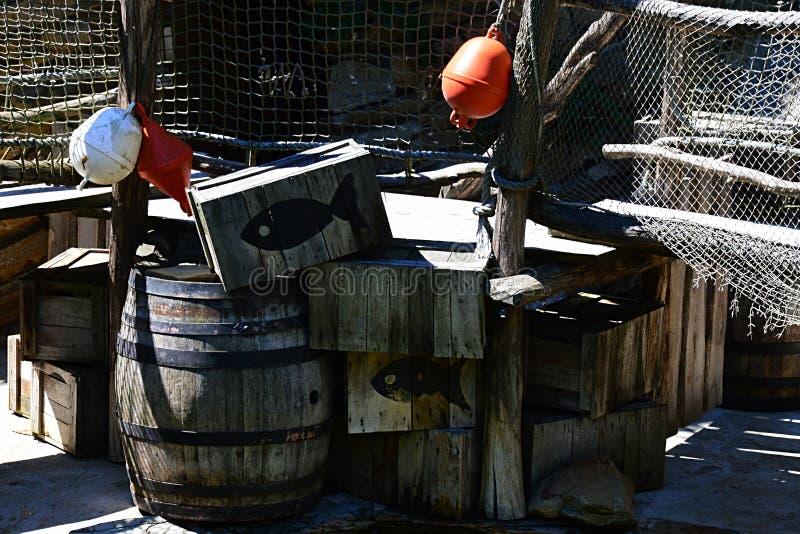 渔条板箱、桶、浮体和渔网在陈列安排了 免版税图库摄影