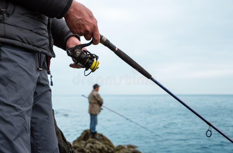 渔民在海里捕捞鲑鱼 免版税库存照片