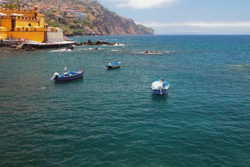 渔汽船、海岛和海 丰沙尔马德拉岛葡萄牙 图库摄影