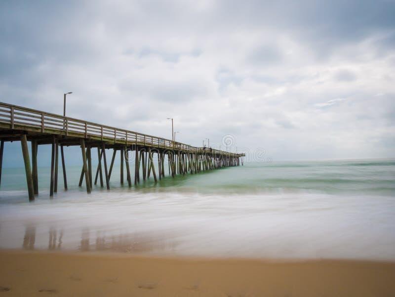 渔码头和大西洋的长的曝光,在弗吉尼亚海滩,弗吉尼亚 免版税图库摄影