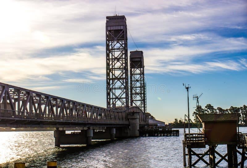 渔码头棚子&吊桥在清早 库存图片