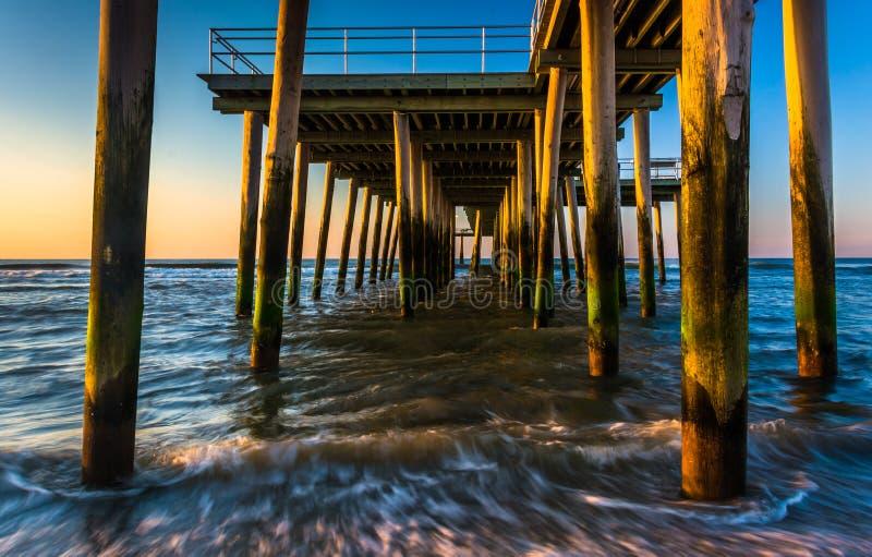 渔码头和波浪在大西洋日出的在Ventn 库存照片