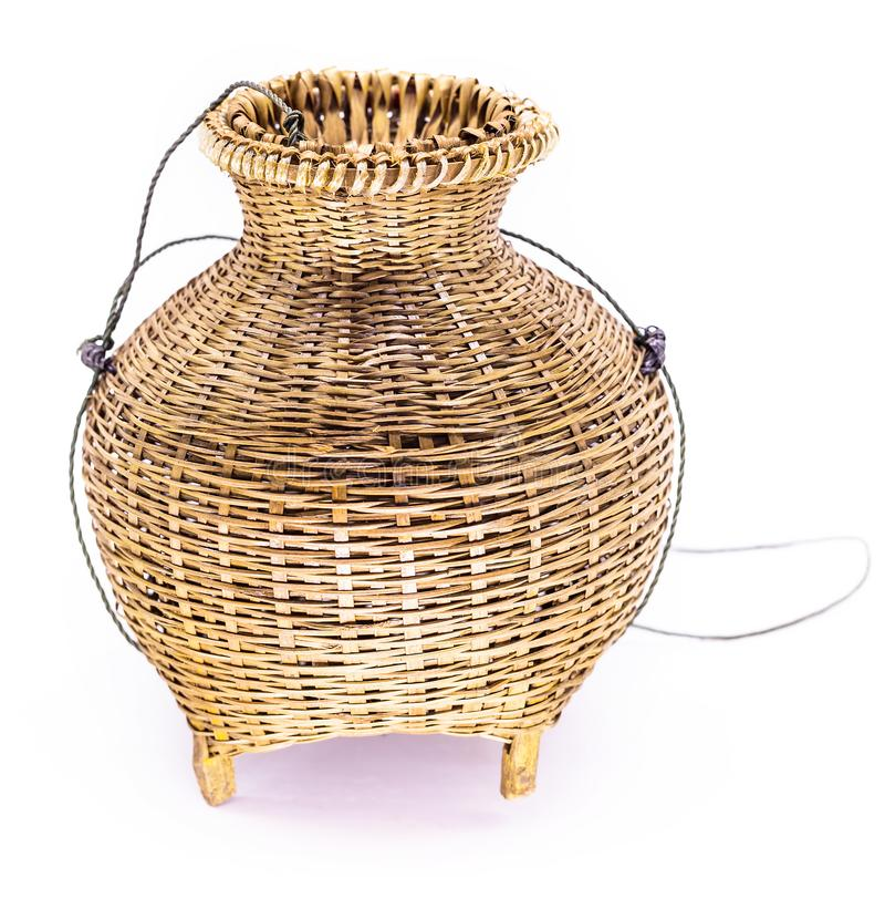 渔纱架,在白色背景隔绝的竹被编织的篮子 免版税图库摄影