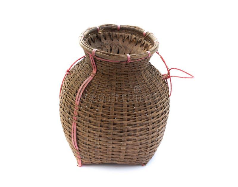渔纱架,竹篮子在白色投入了被隔绝的鱼  免版税库存照片