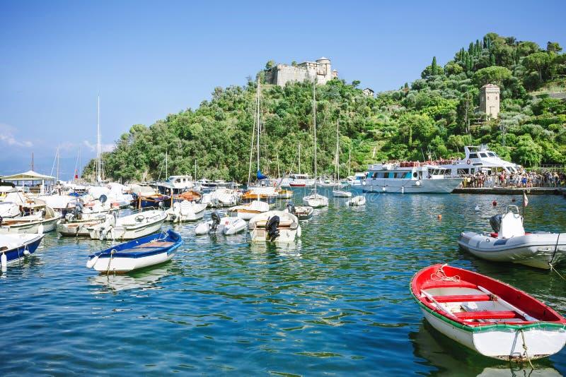 渔船、豪华游艇和轮渡有游人的美丽如画的港口的在菲诺港,利古里亚,意大利 库存图片