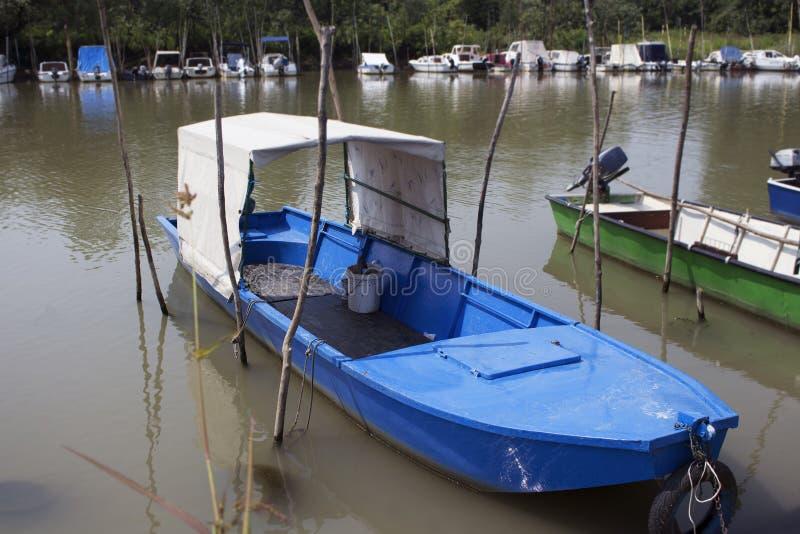 渔船停住在河岸 图库摄影
