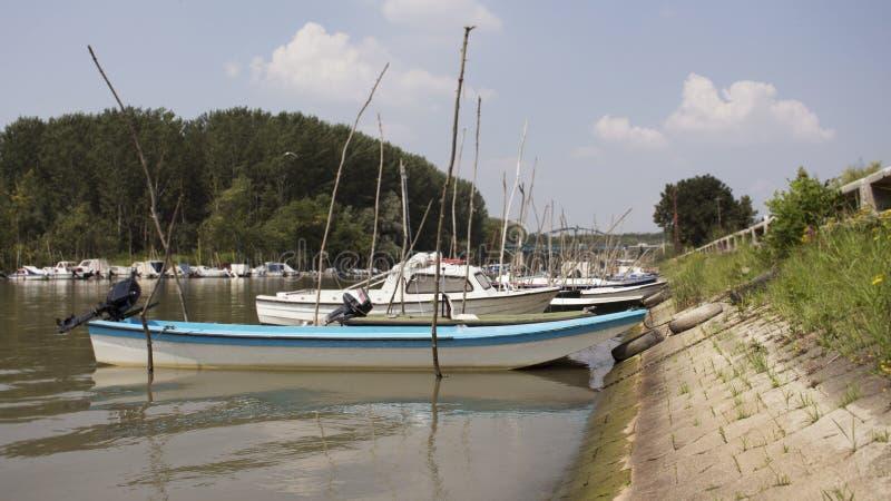 渔船停住在河岸 免版税库存照片