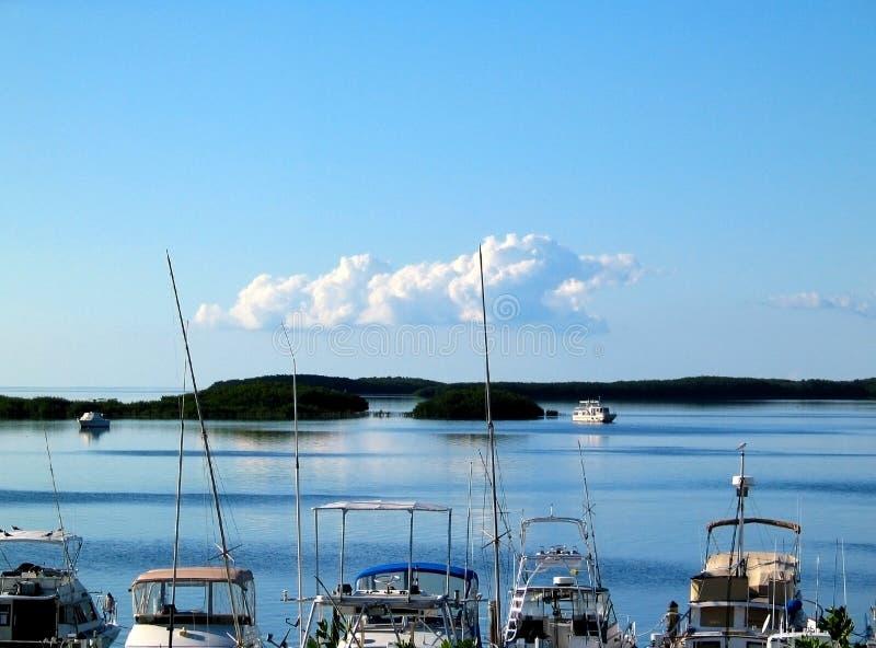 渔船停泊了Islamorada在有后边其他小船的佛罗里达群岛在水 免版税图库摄影
