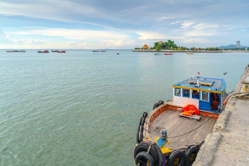 渔船停靠在贾林码头 、斯里拉查、青武里、泰国 免版税库存照片