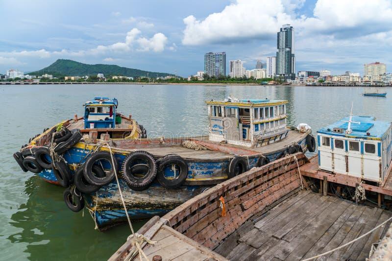 渔船停靠在贾林码头 、斯里拉查、青武里、泰国 库存照片