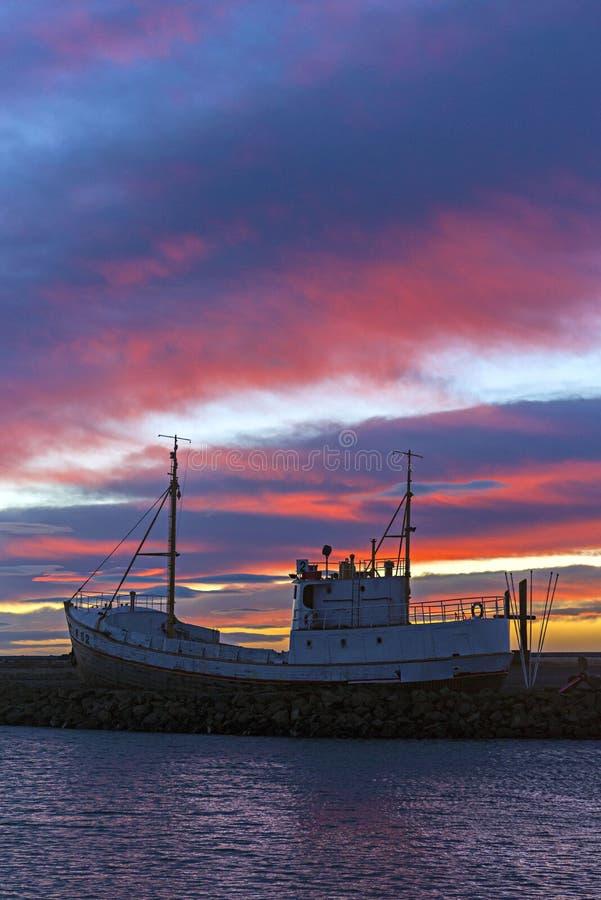 渔船剪影在冰岛的北海岸的 蓝色sk 免版税库存照片