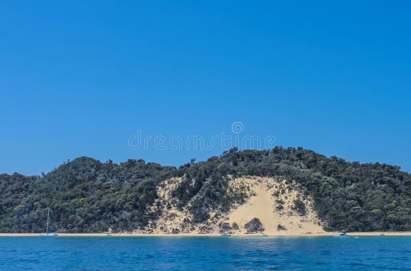 渔船和一艘筏在海滩附近由莫顿海岛-沙子海岛在离昆士兰的附近澳大利亚的海岸-有非常蓝色w的 库存照片