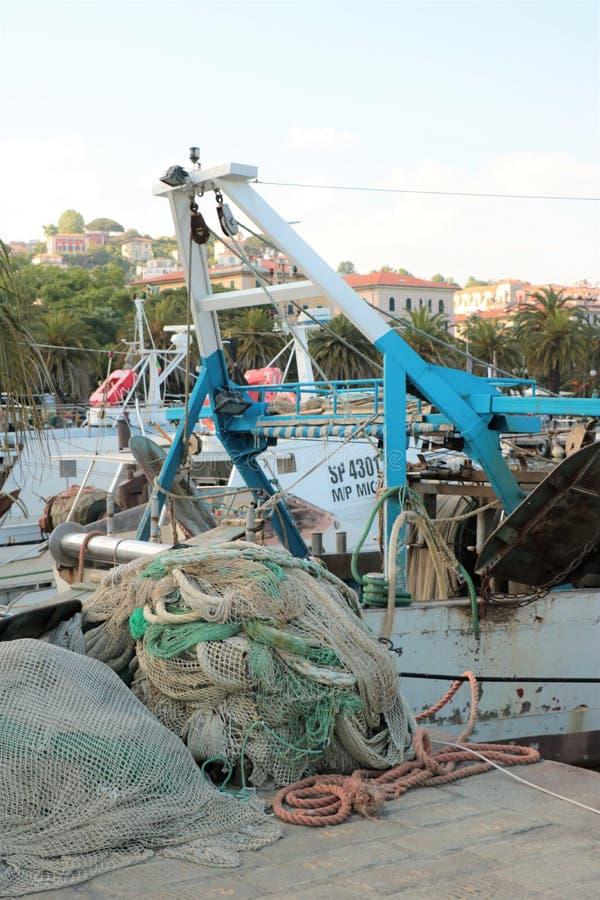 渔船和净额 免版税库存照片