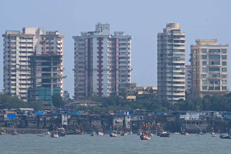 渔船和塔式大楼在孟买 库存照片