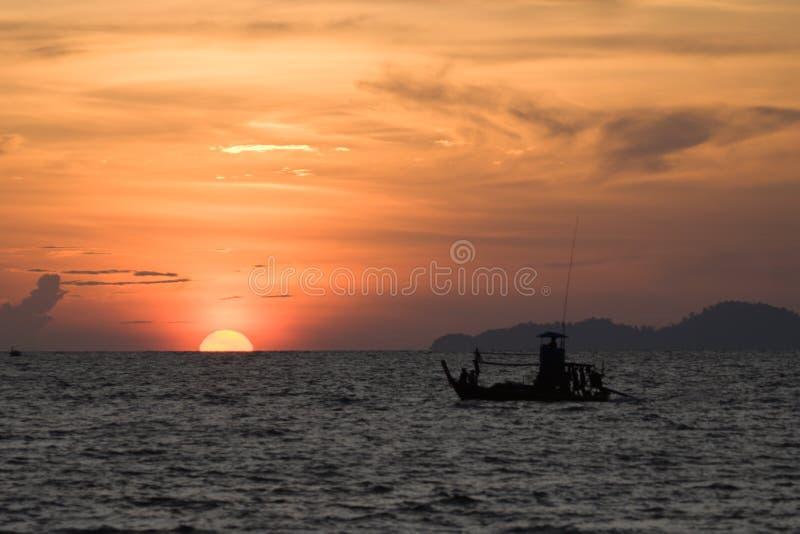 渔船和日落在有的姚, Trang,泰国 免版税库存图片