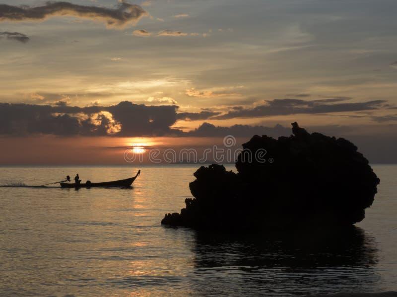 渔船和日落,泰国 免版税库存照片