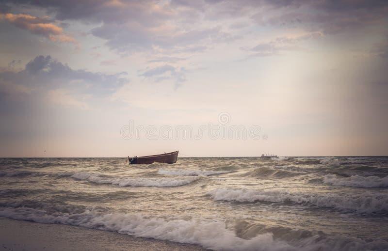 渔船和海风暴 免版税库存图片