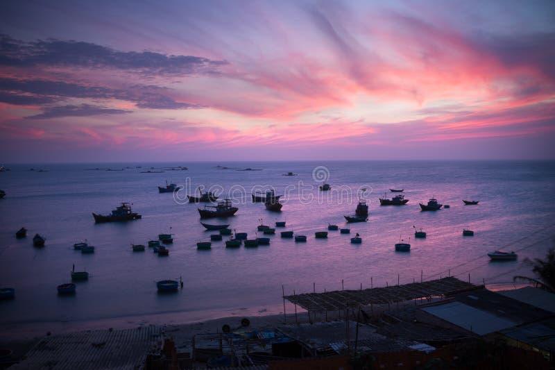 渔船和篮子在日落 免版税库存图片
