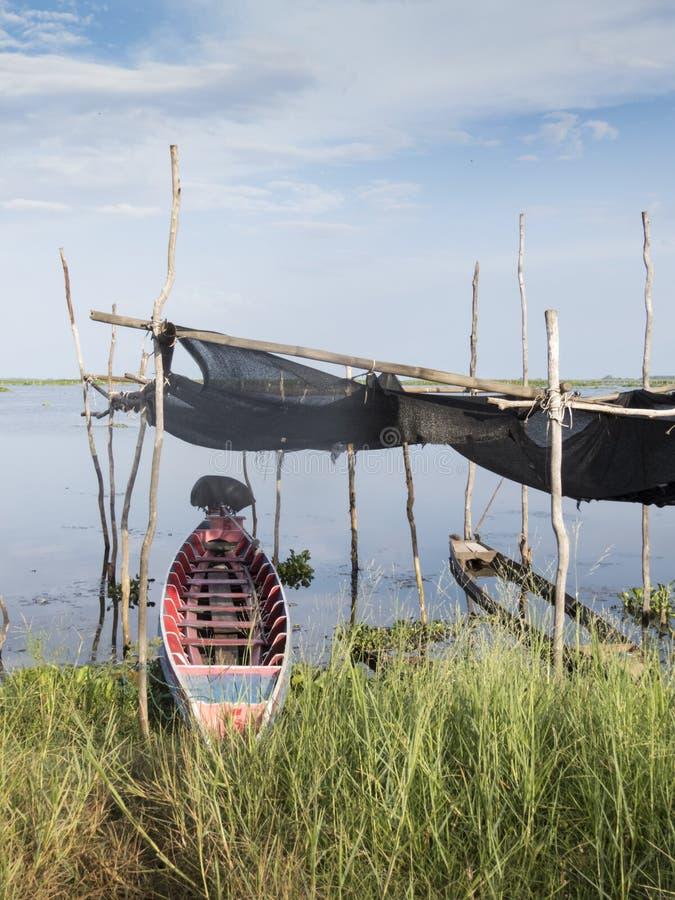 渔船和风景在禁令Thale Noi盐水湖,泰国 库存照片
