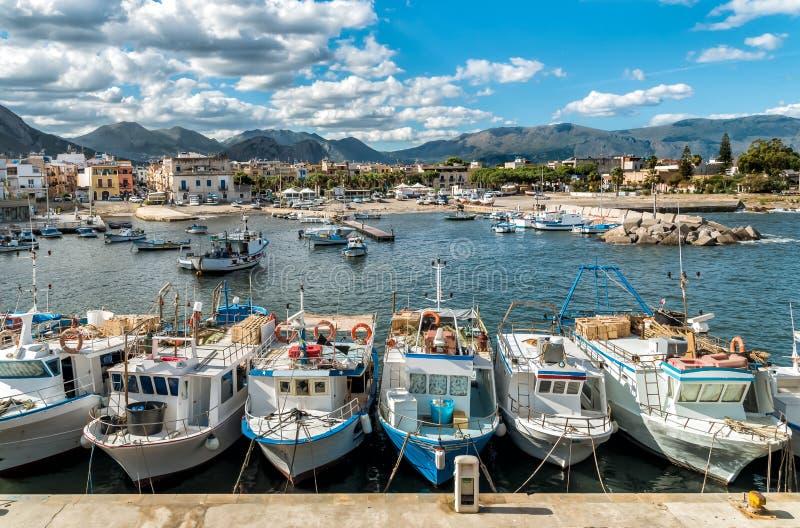渔船在伊索拉德莱费姆米内,西西里岛小港口  库存照片
