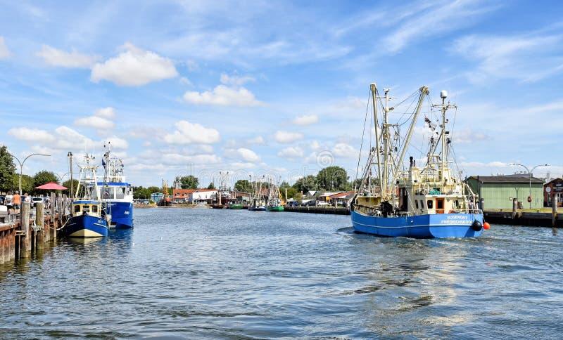 渔船在北部弗里西亚进入比苏姆港口在德国 免版税库存照片