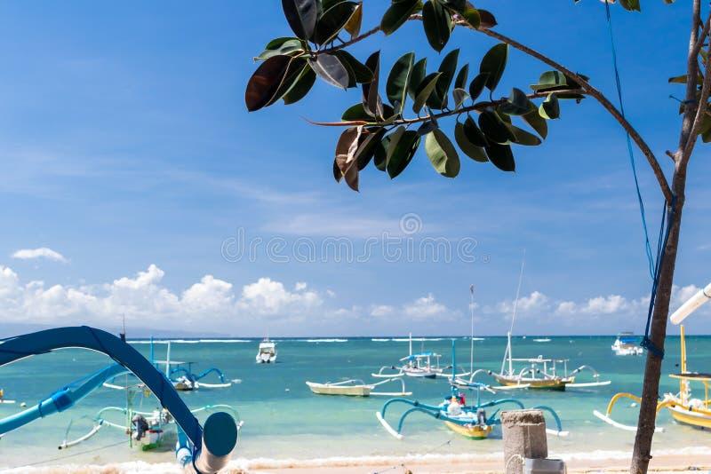 渔船在印度洋,热带海岛巴厘岛,印度尼西亚 萨努尔海滩 库存图片